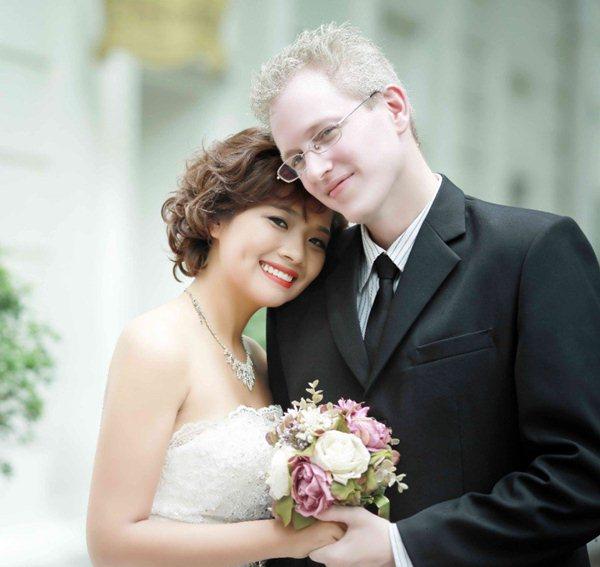 Linh Kona chụp hình cưới cùng chồng