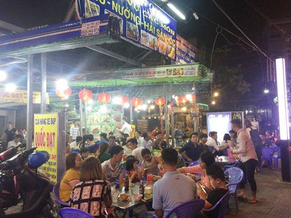 Phố ẩm thực Vĩnh Khánh nhộn nhịp ngày cuối tuần